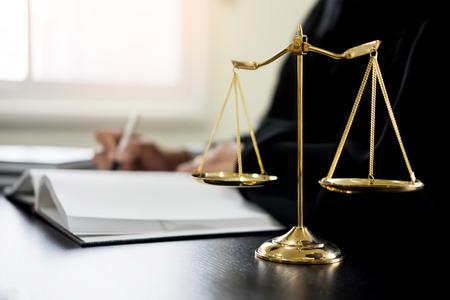 Juez abogado leyendo documentos en el escritorio en la sala del tribunal. Foto de archivo - 87601844