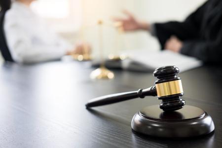 Martelletto del giudice con avvocati consulenza legale presso studio legale in background. Concetti di legge, servizi. Archivio Fotografico