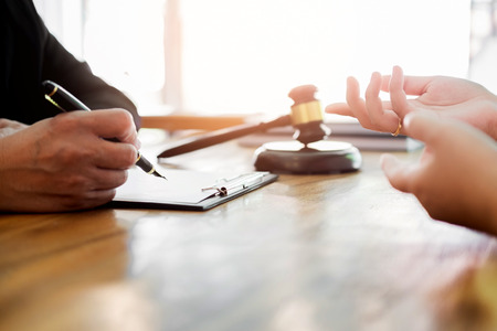 ビジネスの人々 とのテーブルに座って契約書類を議論する弁護士。法、アドバイス、法的サービスの概念。