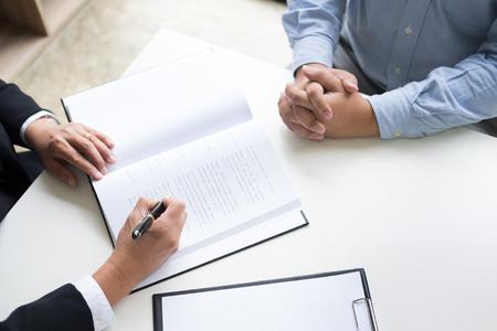 les gens d'affaires et les avocats qui discutent des documents contractuels assis à la table. Concepts de droit, conseils, services juridiques.