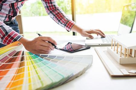 Persoonlijk ingenieur Hand tekening Plan op Blue Print of werkproject in zijn kantoor met architect apparatuur Stockfoto