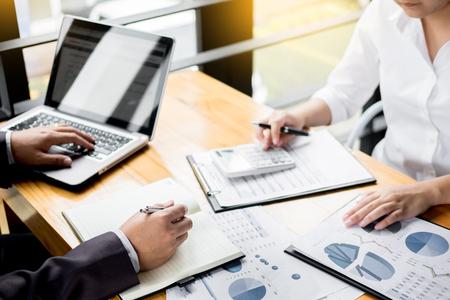 Beheerder bedrijfsmensen financiële inspecteur en secretaresse die rapport maken, die saldo berekenen. Internal Revenue Service-controledocument. Audit concept Stockfoto - 94032096