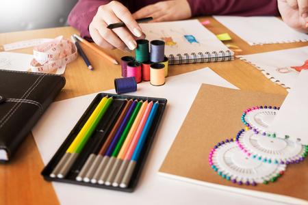 Deux jeunes hommes qui travaillent en mode designers et des croquis de dessin et obtenir des tasses à linge pour un tailleur personnalisé Banque d'images - 94366134