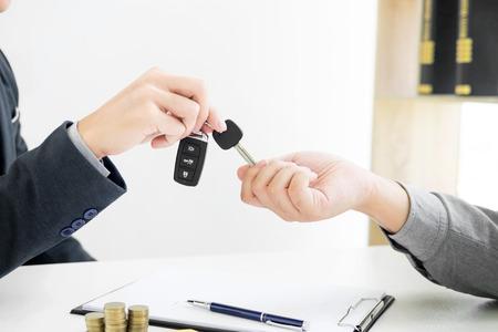 Uomo d'affari che dà la chiave di fine al cliente dopo un buon affare. mentre il contratto di prestito è stato approvato e calcolatrice, Compro il concetto di casa
