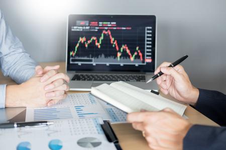 Les commerçants d'actions à la recherche d'un rapport de marketing sur l'analyse financière commercialisent des actions en ligne au bureau