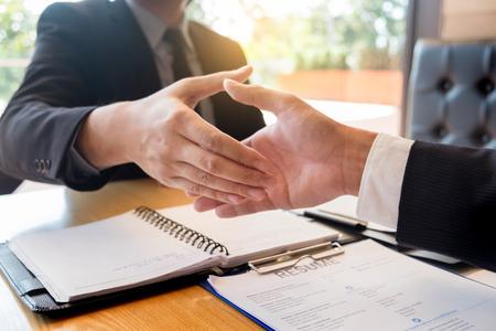 Geschäfts-, Karriere- und Vermittlungskonzept, Chef- und Mitarbeiterhandshake nach erfolgreichen Verhandlungen oder Vorstellungsgespräch