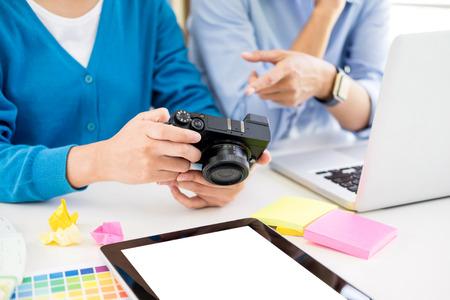 Kreative oder Innenarchitekten arbeiten mit Pantone-Farbfeldern und Bauplänen auf dem Schreibtisch zusammen. Architekten wählen Farbmuster für das Designprojekt auf einem Desktop-Computer aus und wählen sie mithilfe einiger Farbfelder aus