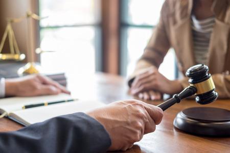 avvocato in carica. Consulenza e consulenza sulla legislazione legale in aula per aiutare il cliente, il tribunale e il concetto di giustizia.