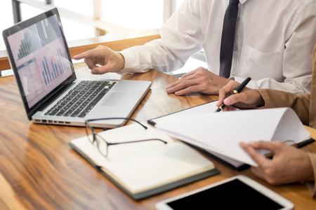 Planification de projet de démarrage de travail d'équipe faisant une grande équipe de discussion Réunion travaillant ensemble, succès du travail de processus de remue-méninges dans un bureau de coworking moderne.