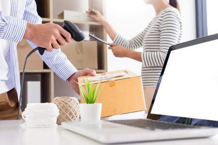 Kaufmann Unternehmer Shop-Besitzer-Check Bestellen oder listen Sie Inventar auf Lager, das der Lieferraum sein soll. Geschäft online, E-Commerce-Konzept Standard-Bild
