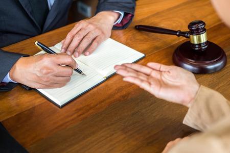 prawnik w biurze. Doradztwo i doradztwo w zakresie przepisów prawnych na sali sądowej, aby pomóc w koncepcji klienta, trybunału i sprawiedliwości.