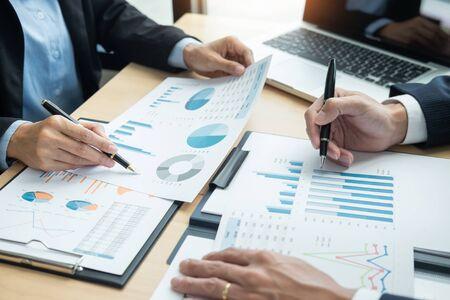 Mensen uit het bedrijfsleven praten bespreken met collega planning analyseren van financiële documentgegevens grafieken en grafieken in vergadering en succesvol teamwork Concept Stockfoto