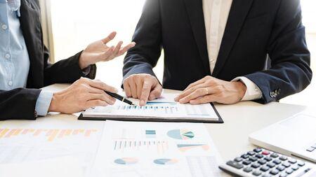 Gente de negocios hablando discutiendo con un compañero de trabajo planificación analizando tablas y gráficos de datos de documentos financieros en reunión y concepto de trabajo en equipo exitoso Foto de archivo
