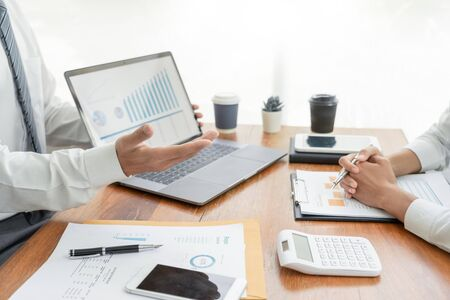 Gente de negocios hablando discutiendo con un compañero de trabajo planificación analizando tablas y gráficos de datos de documentos financieros en reunión y concepto de trabajo en equipo exitoso