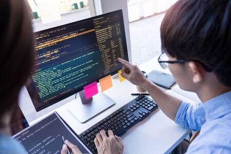 Programador atento que trabaja en tecnologías de código de programación de computadoras de escritorio o diseño de sitios web en Office Software Development Company.