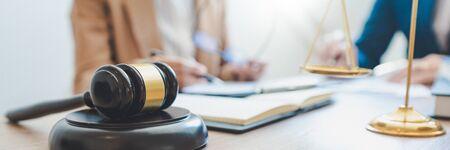 Rechtszaak en rechtvaardigheidsconcept, advocaat die met partner bij advocatenkantoor werkt. juridisch advies discussie gedaagde strafwet in de rechtszaal.