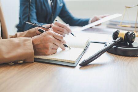Concept de procès et de justice, avocat travaillant avec un partenaire dans un cabinet d'avocats. discussion de consultation juridique loi punition du défendeur dans la salle d'audience.