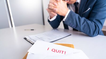 Businessman holding with I quit words card letter, resign employee Change of job concept Foto de archivo