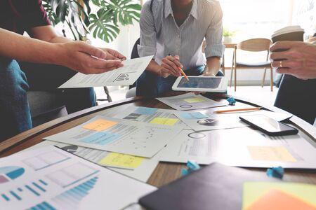 Uomini d'affari che scrivono su note adesive per i colleghi che pensano al business plan della strategia o al problema nell'ufficio di coworking, Diverse Brainstorm Business Meeting Concept