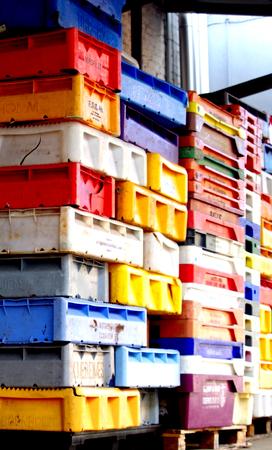 envases de plástico: La pesca de colores apilados recipientes de plástico