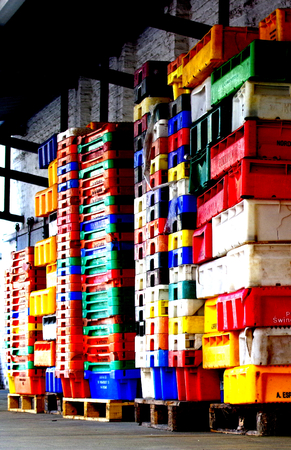 fischerei: Bunte gestapelte Plastikbehälter Fischerei