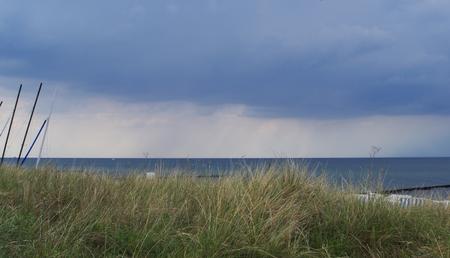 Onweerswolken en regenwolken aan de Oostzee Stockfoto
