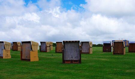 Strandstoelen in Buesum op de Noordzee in slecht weer