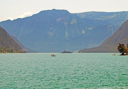 Achensee in Tirol im Sommer Standard-Bild - 90371999