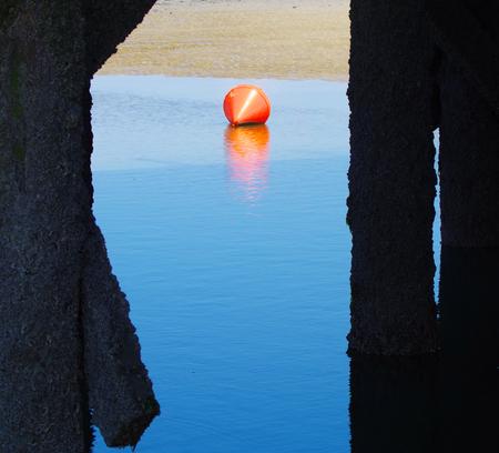 Rote Boje bei Ebbe auf dem Nordsee Standard-Bild - 99262603