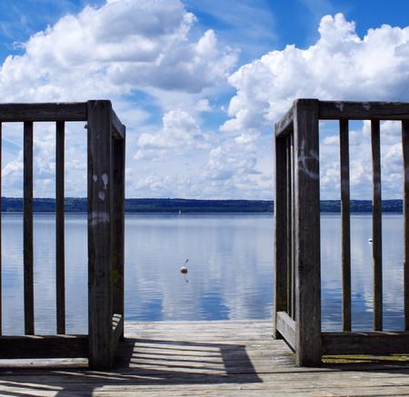 Blick durch einen Pier auf dem Ammersee in Bayern Standard-Bild - 99315964