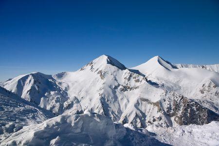 rocky mountains: Panorama van winter bergen. Alpiene skigebied Bansko, Bulgarije