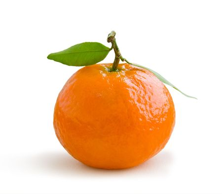 citricos: Mandarina fresca en tallo con hojas verdes aislados en blanco