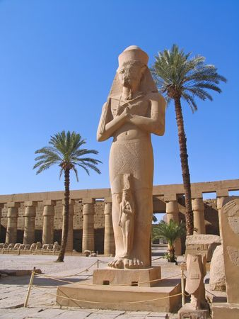 louxor: Statue de Rams�s II au Temple de Karnak, Luxor, en �gypte.  Banque d'images