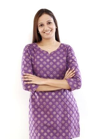fille indienne: Les bras croisés jeune femme indienne avec les bras croisés contre le blanc