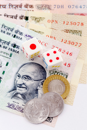 indian currency: Dados en monedas de la rupia en billetes de curso legal de la India