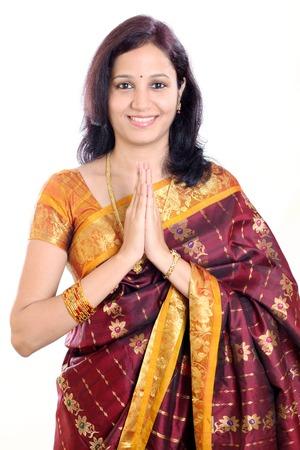 namaste: Ni�a india tradicional de la mano en posici�n de oraci�n