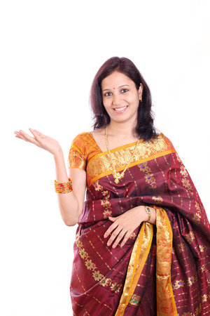 casalinga: Eccitato giovane donna indiana tradizionale contro bianco