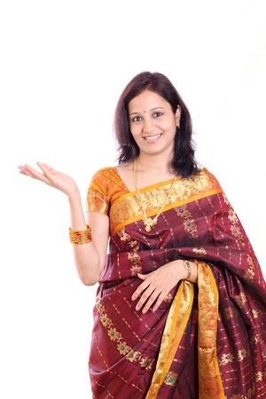 Opgewonden jonge Indiase traditionele vrouw tegen witte Stockfoto