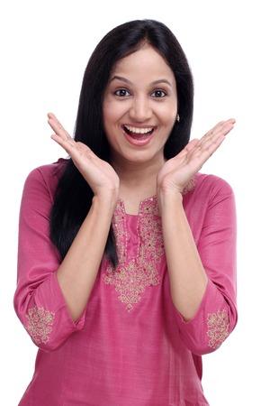 Verrast jonge Indische vrouw tegen een witte achtergrond