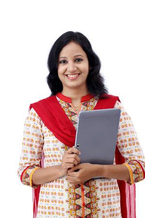 mujeres trabajando: Mujer joven feliz con la tableta contra el fondo blanco Foto de archivo
