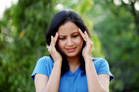 cara triste: Mujer joven que sufre con dolor de cabeza