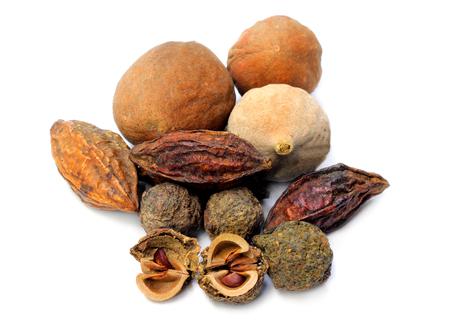 Triphala-ayurvedische vruchten op witte achtergrond