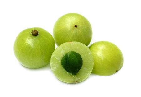 Geneeskrachtige Amla-vruchten over witte achtergrond