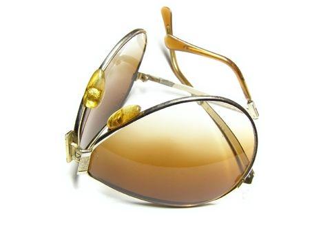 portative: portative sole occhiali sul tavolo