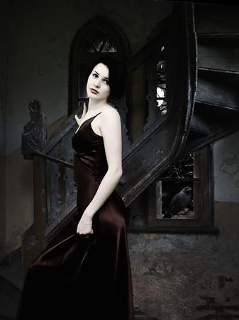 vestido medieval: Cuervo y mujer dentro de la oscura noche en el castillo