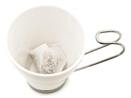 delftware: bianco moderno tazza d'acqua, ma senza la piastra all'interno teabag su sfondo bianco
