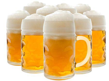 bier glazen: Veel bier glazen met schuimend bier