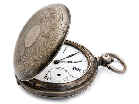 reloj antiguo: cerrado viejo reloj de bolsillo de plata sobre un fondo blanco