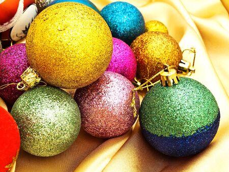 tissu or: diff�rentes d�corations pour arbres de No�l sur la toile d'or