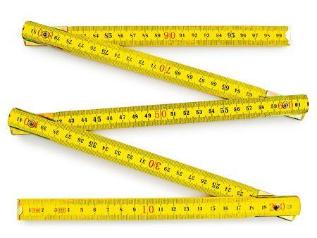 cintas metricas: medidor de madera amarillo sobre el fondo blanco